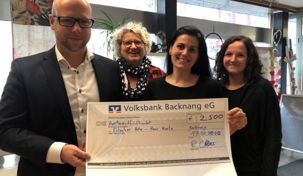 Raphael Althaus, Vorstand der Backnanger Baugeno, übergibt einen symbolischen Spendenscheck in Höhe von 2.500 Euro an Bettina Hjordt, Christina Demertzi und Sabine Seitz von Haus Karla (von links).