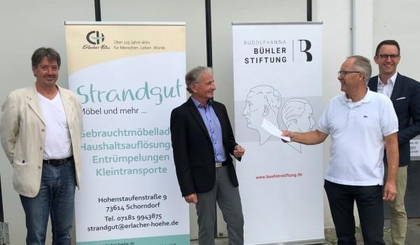 Der Vorstand der Bühler-Stiftung Horst Reingruber (2. v. r.)  und Stiftungsbeirat Ingo Sombrutzki (r.) sowie Anton Heiser (2. v. l.) und Andreas Lipp von der Erlacher Höhe bei der Übergabe der Spende in Schorndorf.