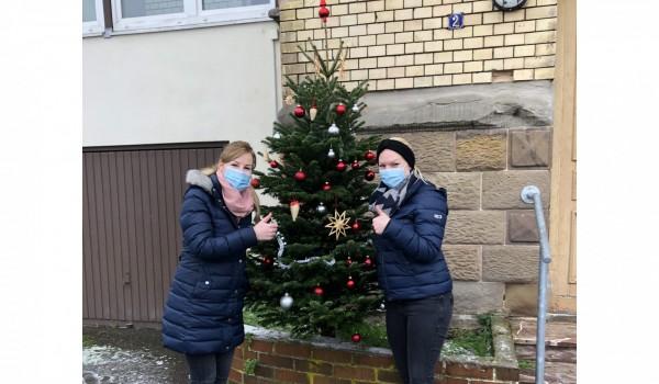 Mitarbeiterinnen der Erlacher Höhe Ambulante Hilfen Rems-Murr haben einen festlichen Christbaum gestellt.
