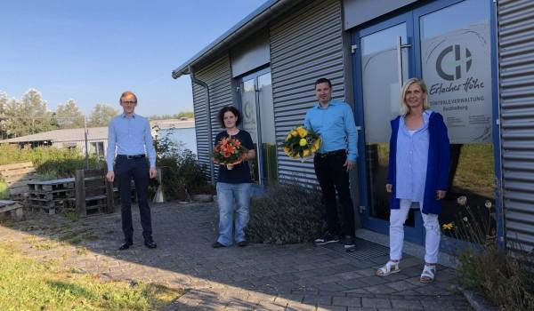 André Frank (li.) und Gabriele Muschel-Bodura (re.) gratulieren den Jubilaren Nicole Horlacher und Tobias Hirsch zum 15-jährigen Dienstjubiläum.