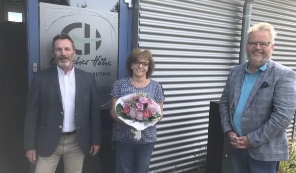Die Vorstände Bernd Messinger (li.) und Wolfgang Sartorius (re.) bedanken sich bei Karin Kübler für 30 Jahre Treue zur Erlacher Höhe.
