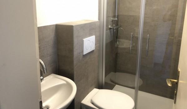 Nach der Sanierung: ein Bad im Männerwohnheim Freudenstadt. Vor der Sanierung ...