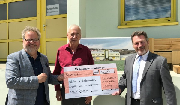 Unternehmer Wolfgang Schnepp (Mitte) überreicht einen symbolischen Spendenscheck an die Stiftungsvorstände Wolfgang Sartorius (li.) und Bernd Messinger (re.).