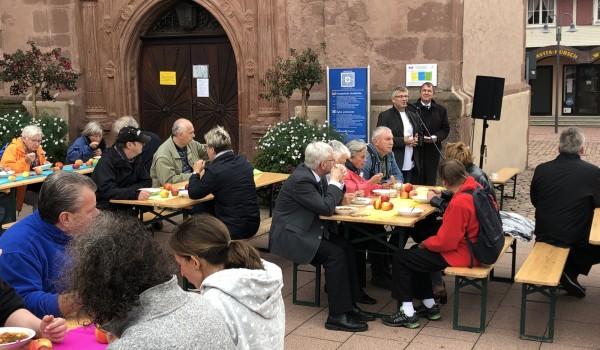 Ein Rückblick in Bildern: Mit einem Solidaritätsessen vor der Stadtkirche Freudenstadt beginnt das Jubiläum ...