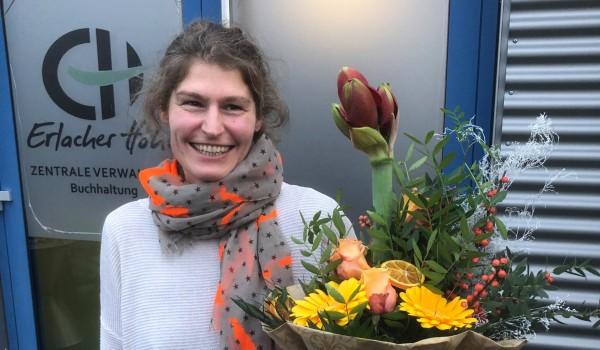 Claudia Wolf, die Leiterin der Buchhaltung der Erlacher Höhe, feiert ihr 20-jähriges Dienstjubiläum.