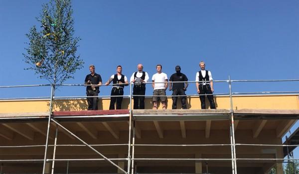 Die Handwerker beim Richtspruch auf dem Dach des neuen Gemeinschaftsgebäudes der Sozialtherapie der Erlacher Höhe.