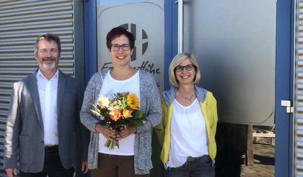 Jubilarin Verena Laaber (Mitte) mit Vorstand Bernd Messinger und Gabriele Muschel-Bodura, stellvertretende Abteilungsleiterin der Zentralen Dienste.