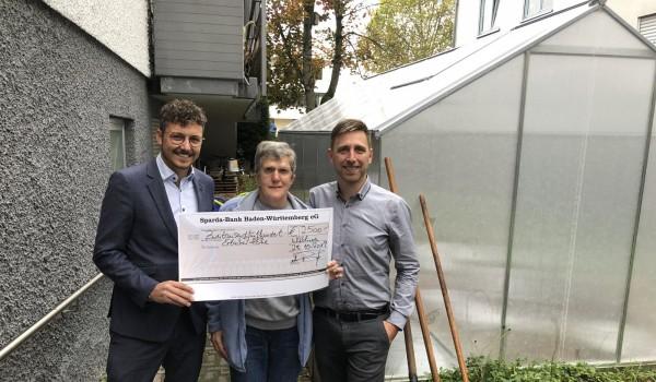 Patrick Preuß (li.), Leiter der Sparda-Bank in Waiblingen, übergibt einen symbolischen Spendenscheck an Abteilungsleiter Alexander Biro von der Erlacher Höhe (re.).