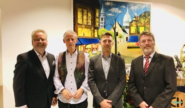 Stabübergabe: Karl-Ernst Kühner (2. v. l.) übergibt die Leitung der Sozialtherapie und der Eingliederungshilfe an Alexander Biro (2. v. r.). Die Vorstände Wolfgang Sartorius (li.) und Bernd Messinger (re.) gratulieren.