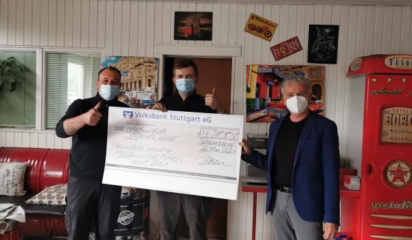 Christian Pascu übergibt zusammen mit seinem Auszubildenden Antonio einen Spendenscheck in Höhe von 800 Euro an Anton Heiser von der Erlacher Höhe (v.li.).