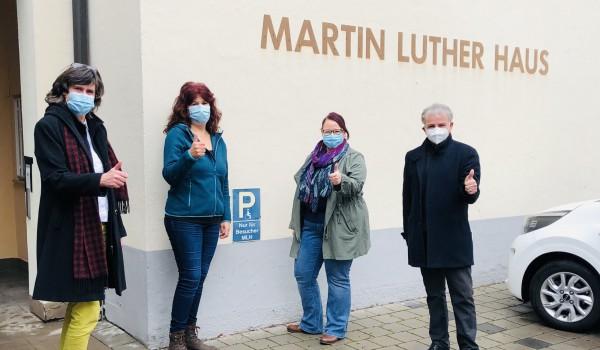Pfarrerin Dorothee Eisrich freut sich mit den Sozialarbeiterinnen Claudia Schwab und Melanie Gassert sowie Abteilungsleiter Anton Heiser über die Rückkehr des EH-Mobils ins Martin-Luther-Haus in Schorndorf (v. l. n. r.).