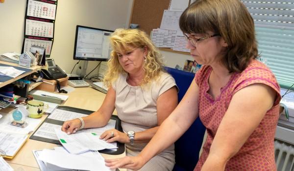 Für Sie in der Verwaltung am Telefon: Regina Bellon (links) und Susanne Widmann.